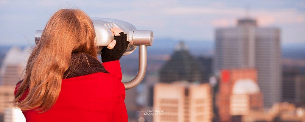 Une femme regarde Montréal